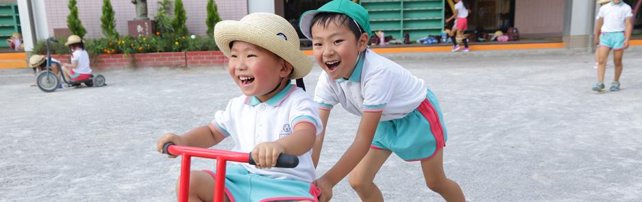 三輪車で遊ぶ園児